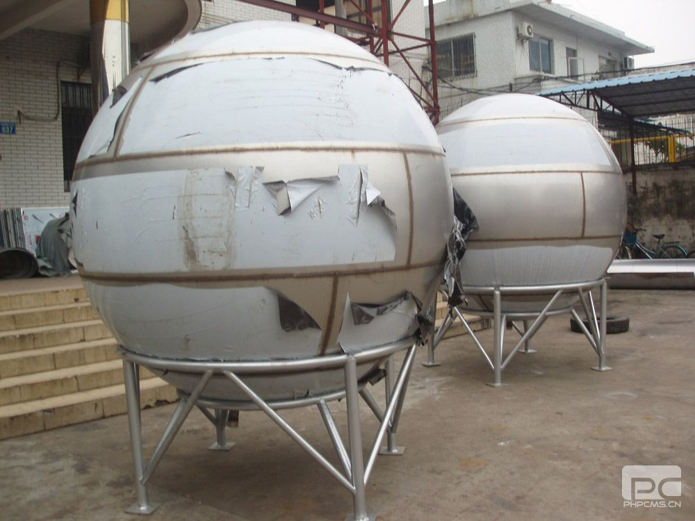 1、材质采用SUS304-2B食品级不锈钢,具有较强的耐腐蚀性; 2、永不渗漏。独特的结构设计、全焊接现场组合,具有超卓的强度。与螺栓结构不同,省去密封条,不会出现漏水或密封不严现象; 3、球形水箱设计合理,受压均匀,风荷载小,密封性好,彻底杜绝了空气飘尘中有害物质及小动物入侵,确保水质不受二次污染; 4、水箱内壁光滑、内部无拉筋、箱壁无直角,采用进出水装置,使水始终处于流动循环状态,无卫生死角,不易积,彻底解决了水的二次污染; 5、科学的水流设计,正常使用时清水和沉淀物自然分层,经水箱出来的生活用水清澈
